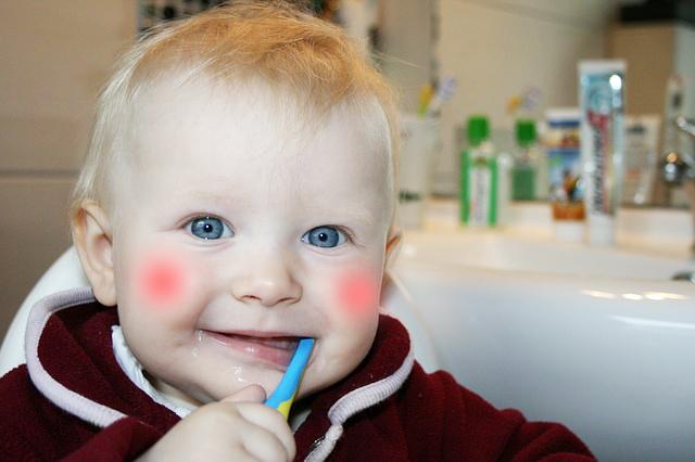 brushing-teeth-787630_640